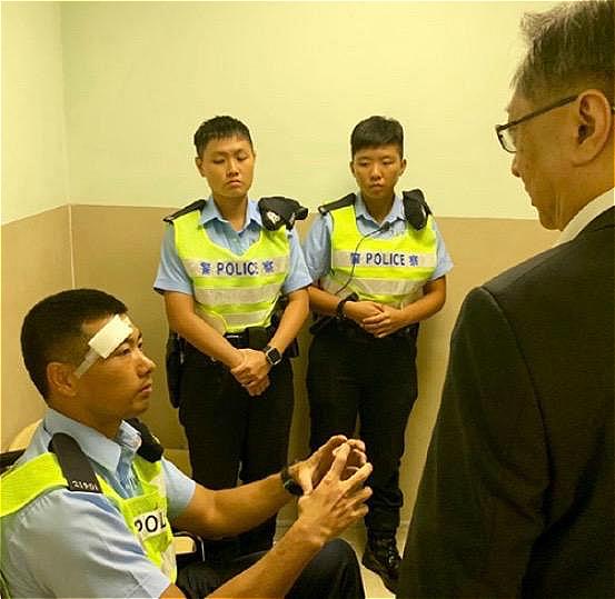 警務處處長盧偉聰(右)今日凌晨探望受傷警員。