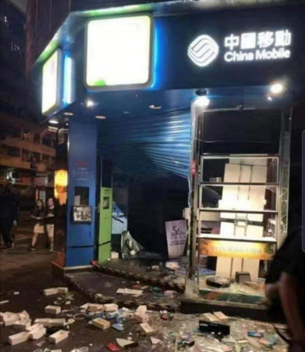 圖: 中移動的店舖被大肆破壞。