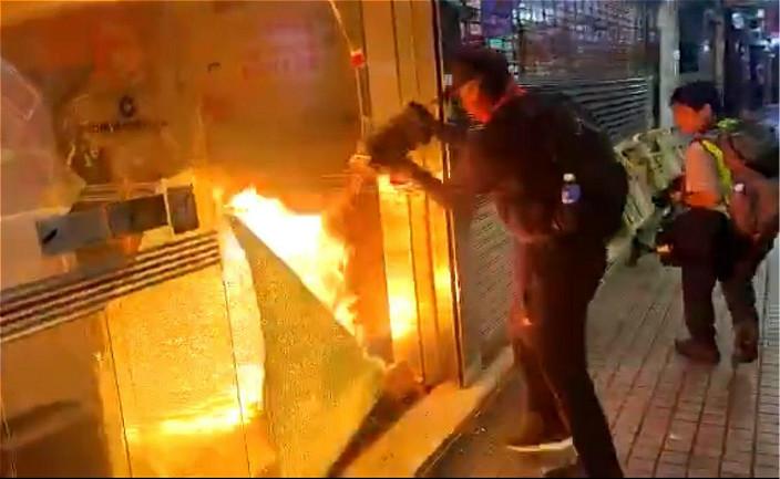 暴徒倒類似電郵液體燒建行,造成大火。
