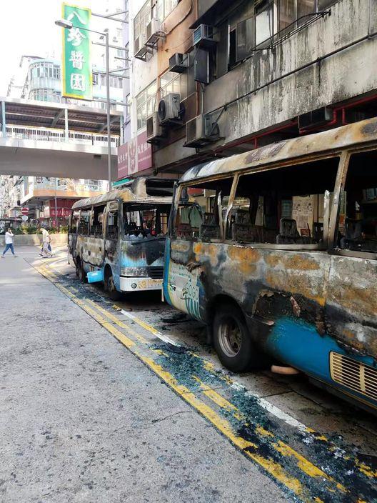 一列小巴全數被焚毁。