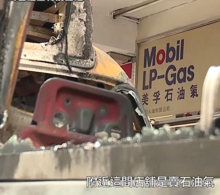 被焚毀的小巴旁邊就有石油氣商店。