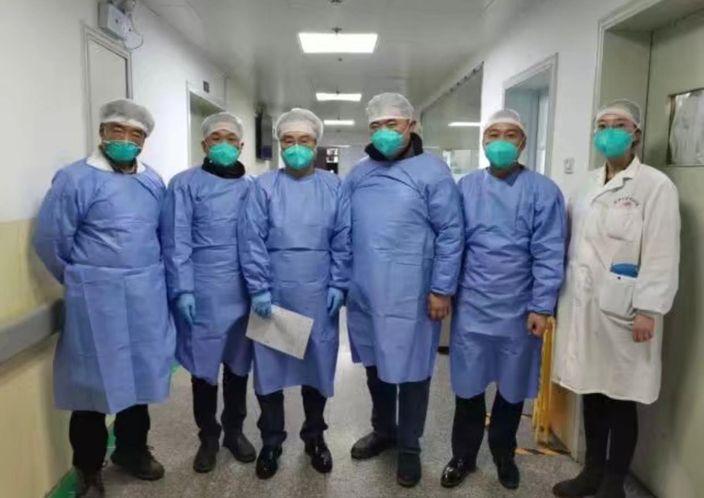 醫護人員在武漢金銀潭醫院,左三為童朝暉。《中國新聞週刊》圖片