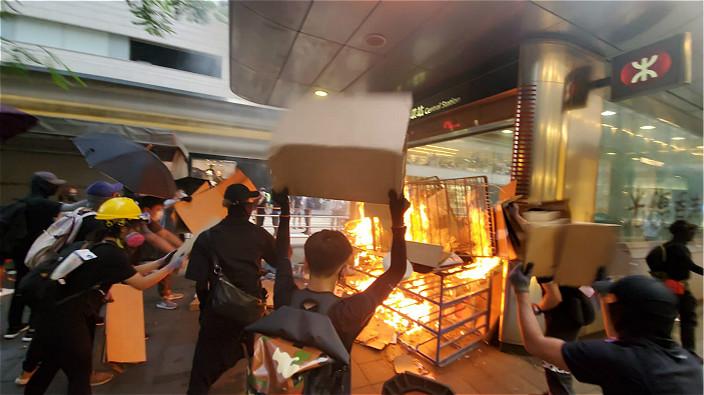 在港鐵站縱火。資料圖片