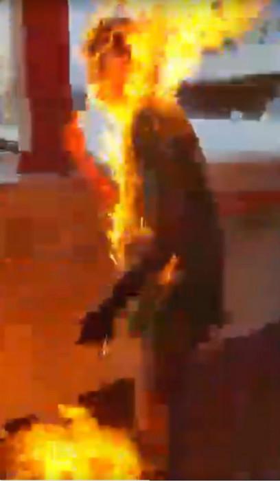 去年11月11日綠衣男子因政見不同被淋天拿水點嚴重燒傷。