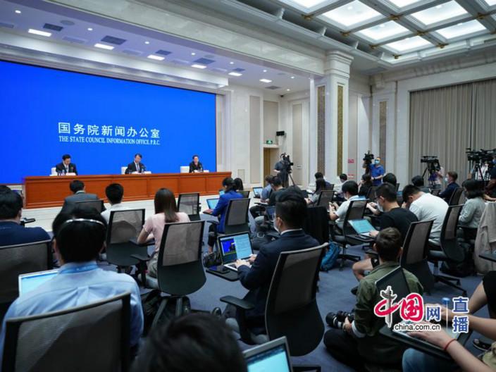 國新辦記者上坐滿中外記者。
