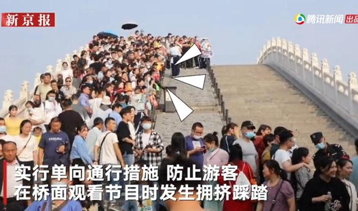 河南開封清明上河圖景區,橋上單向通行限制人流。騰訊影片截圖