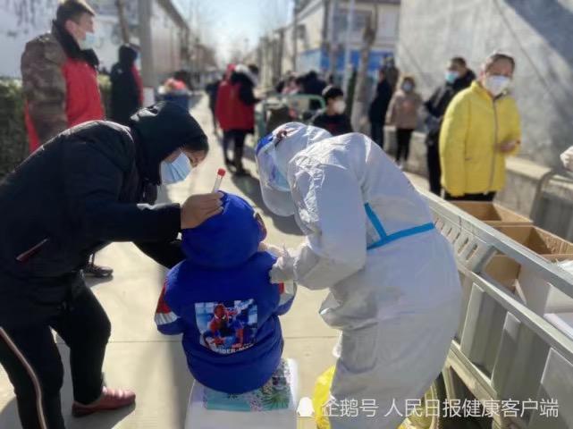 醫護人員在槁城區為村民採集核酸。受訪者供圖