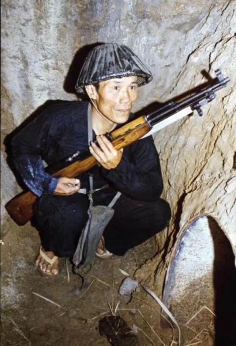手拿SKS步槍的越南士兵,足見槍的長度。