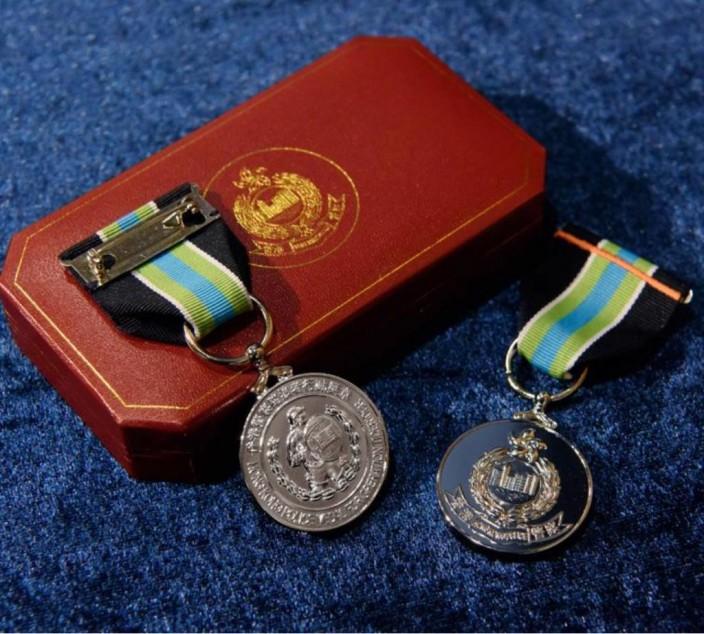 獎章上印有防暴警察圖案。