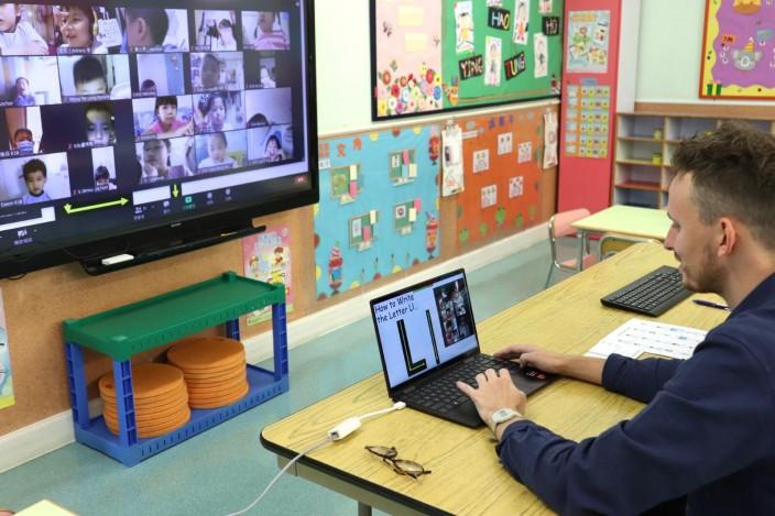 學校以網課教授,《施政報告》提出在「優質教育基金」特別預留20億元,支援電子學習計劃。