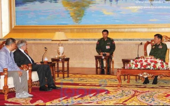 肥佬黎(左1)和緬甸三軍總司令敏昂萊(右1)會面。