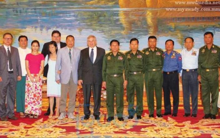 肥佬黎(左6)、他的太太(左4)、助手Mark Simon(左5)和緬甸三軍總司令敏昂萊(中)大合照。