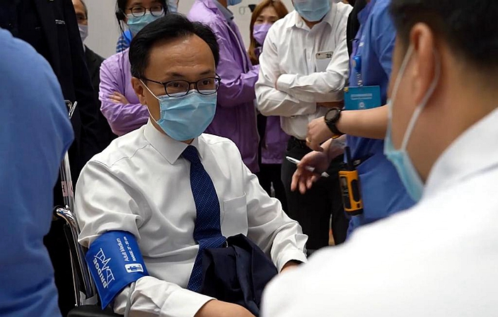 負責疫苗接種計劃的公務員事務局局長聶德權事前參加了操練。