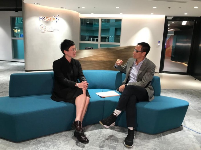 香港科技園總監(人工智能、機械人技術平台及精密工程)霍露明(左)及財經專欄作家陸羽仁(右)
