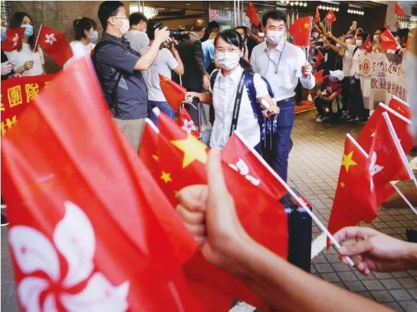 2020年9月16日,圓滿完成協助香港特區抗疫任務的內地核酸檢測支援隊隊員們離開香港,香港市民夾道歡送。