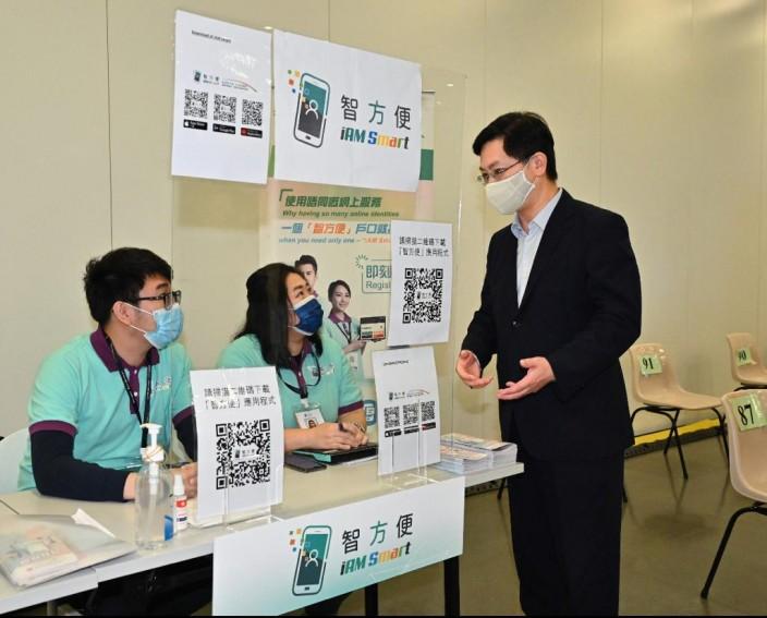 創新及科技局局長薛永恒積極推動智慧城市發展,親身視察疫苗接種中心「智方便」流動登記隊的運作情況。