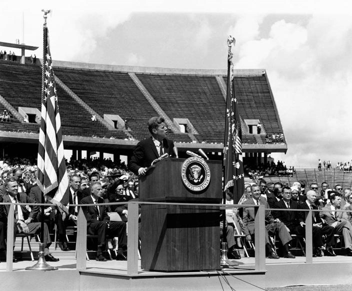 甘迺迪於1962年在萊斯大學(Rice University)發表演說。(NASA圖片)