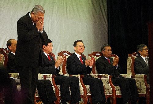 出席大湄公河次區域經濟合作領導人泰國總理沙馬(左一站立合什)。