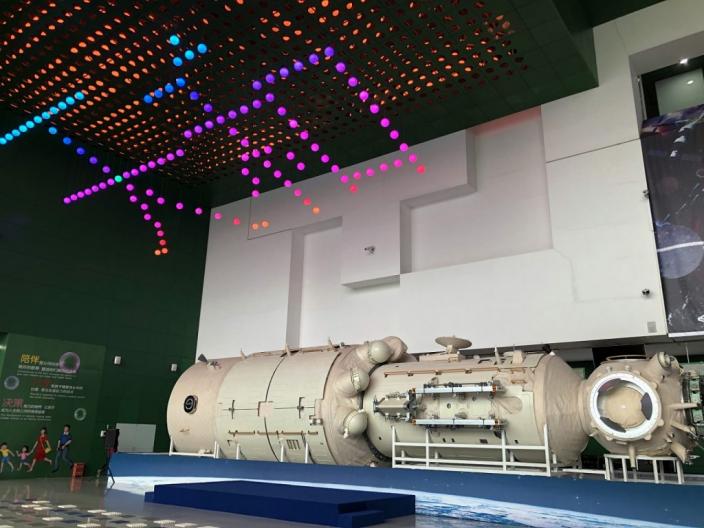 中國空間站天和核心艙從海南文昌成功發射後,被譽為天和核心艙「同胞兄弟」的1:1結構驗證件實物,在北京中國科技館亮相展出。中新社圖片