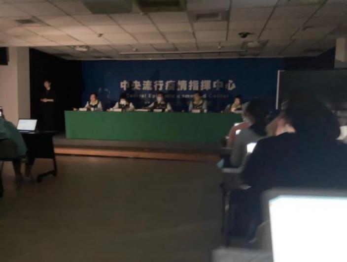 台灣流行疫情指揮中心記者會開到一半停電。東森新聞雲圖片