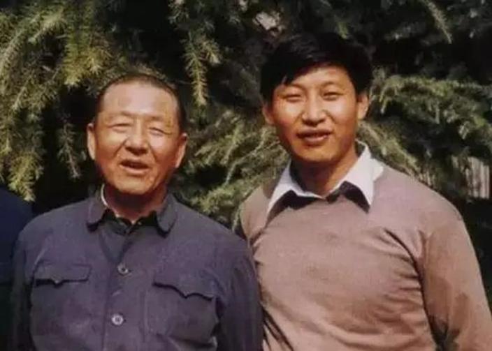習近平與父親習仲勛(網上圖片)