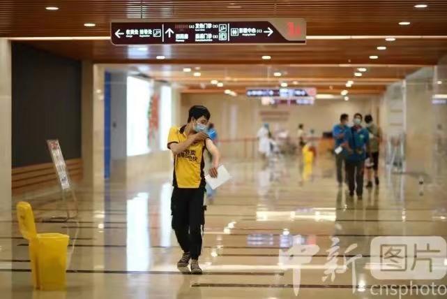 6月13日,廣州市白雲區,外賣騎手在南方醫院白雲分院接種新冠疫苗後,準備前往觀察區。中新社圖片