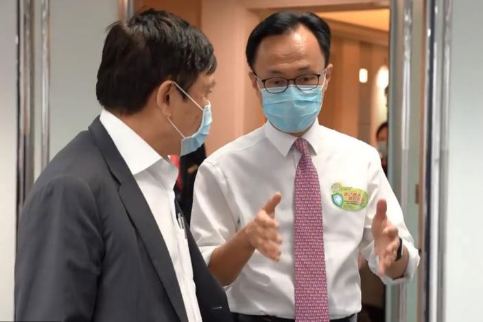 新地董事總經理郭炳聯(左)及公務員事務局長聶德權(右)。