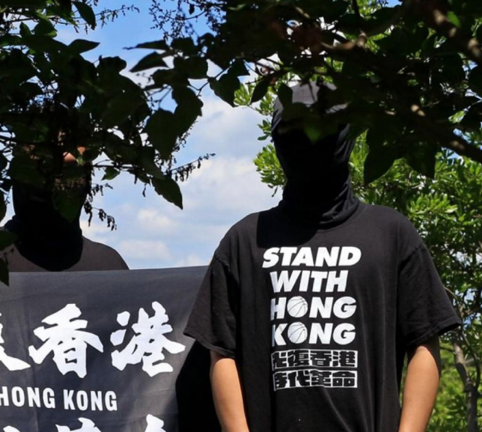 《華爾街日報》刊登兩名香港流亡者的蒙面照片。