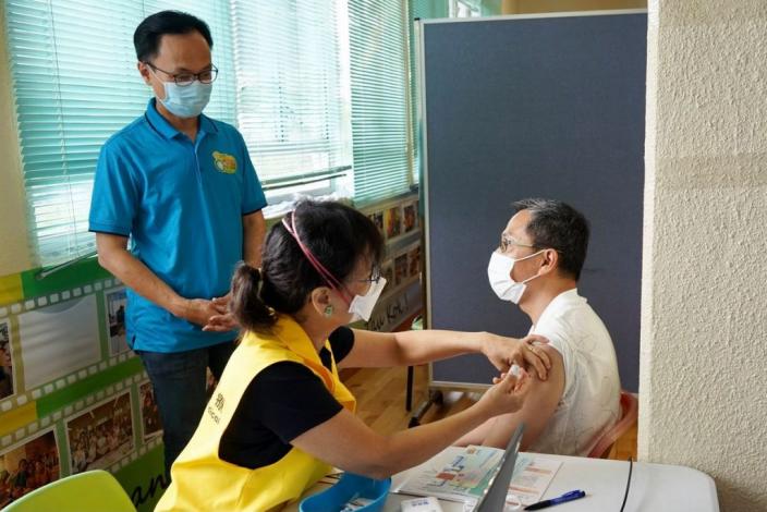 外展隊為沙頭角街坊注射疫苗。