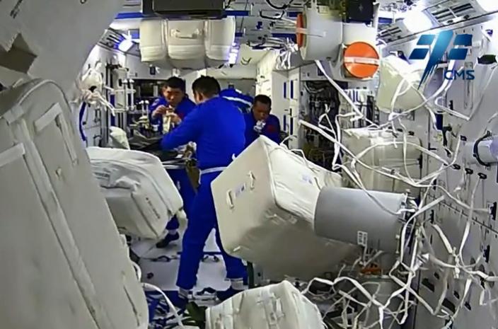 神州十二號三名太空人共進早餐。