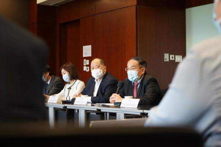 立法會金融服務界議員張華峰(中)安排30多位行家,和財經事務及庫務局許正宇局長(右)見面。