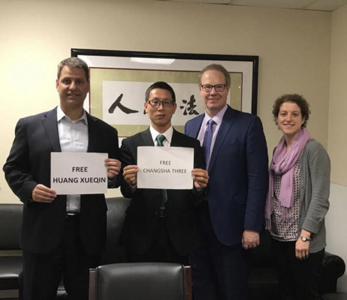 斯迪沃斯(左1)在2019年曾和中國非政府組織人士楊占青(左2)等人合影,評論對長沙非政府組織3人被控顛覆國家政權罪和記者黃雪琴被拘兩案。