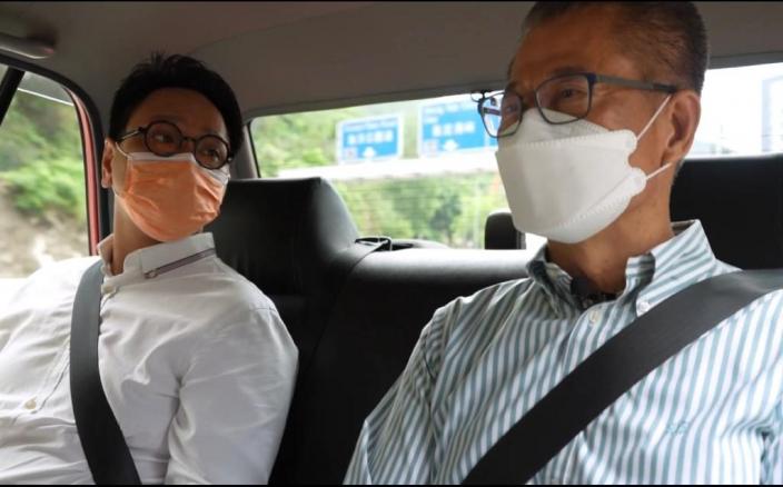 財爺和工聯會鄧家彪(左),一起坐的士入香港仔。