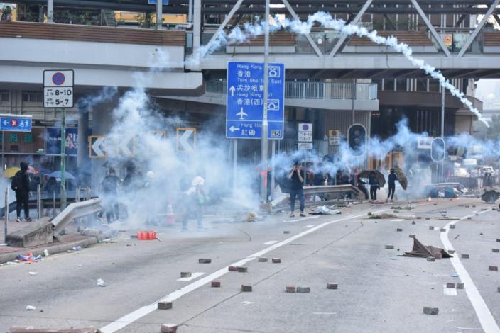 前年11月,理大外圍一帶有大批示威者聲援校內人士。資料圖片