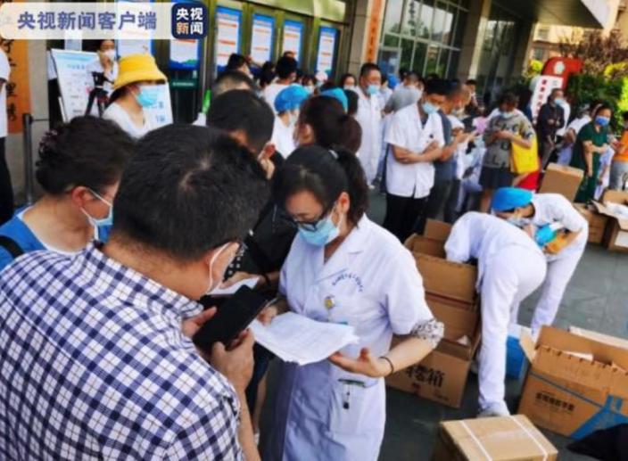 大批醫護人員到達南京市江寧區,協助開展全員核酸檢測。