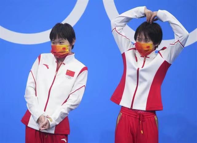 中國跳水小將張家齊(左)、陳芋汐(右)合照,陳芋汐還在做心心。