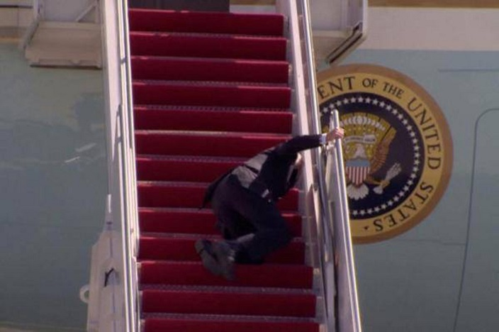 拜登走上飛機階梯時連續跌倒3次。網上圖片