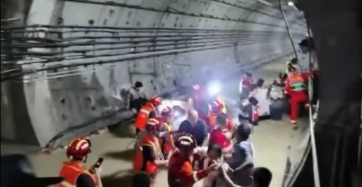 鄭州地鐵5號線雨水倒灌入地下隧道。