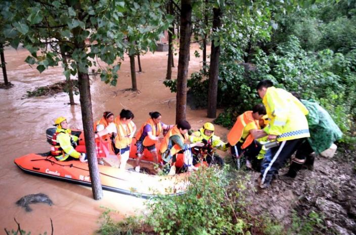 救援人員用橡皮艇協助人民疏散。