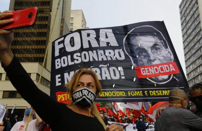反對巴西總統博爾索納羅的民眾,將其抗疫失職造成52萬民眾病亡稱為「種族滅絕」。AP圖片