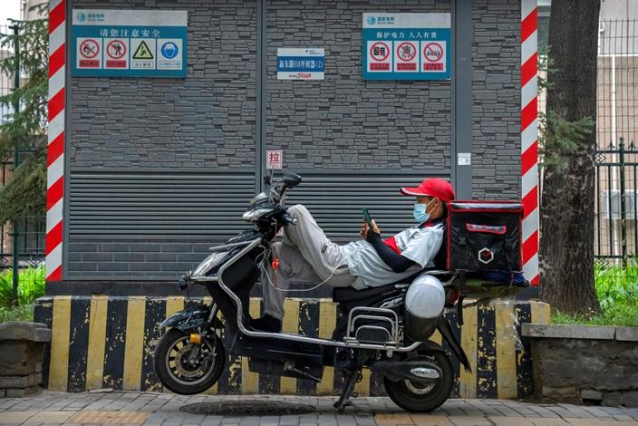 克苦工作的外賣騎手,現在受到國家關注。(AP圖片)
