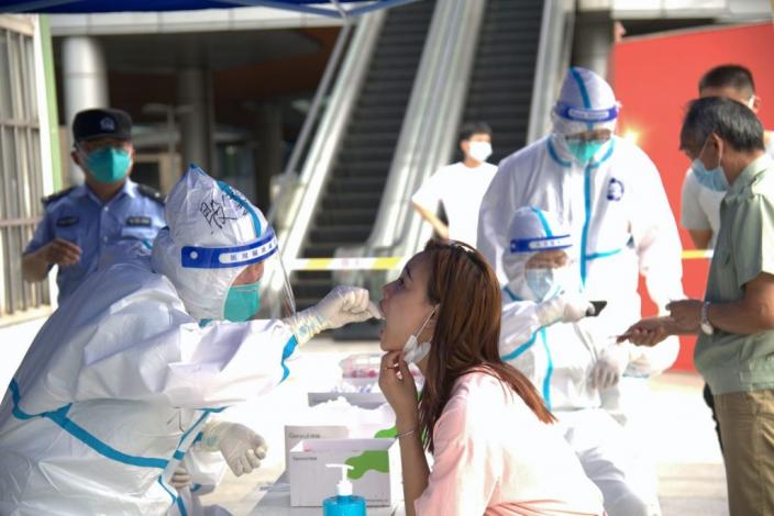 南京疫情已波及多地,市民進行核酸檢測。(視覺中國)