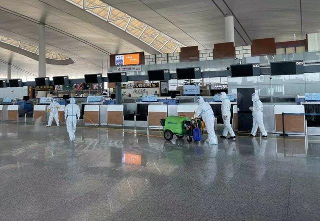 工作人員在南京祿口機場T2航站樓內進行消毒。資料圖片