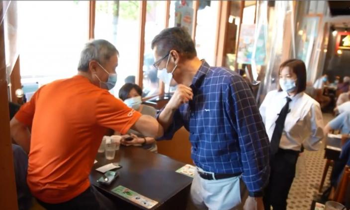 陳茂波與市民互碰手肘,親切打招呼。陳茂波Facebook