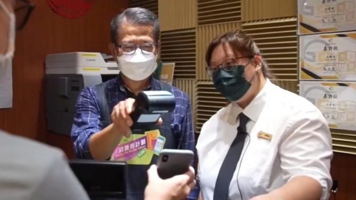 陳茂波在茶餐廳協助收銀。陳茂波Facebook