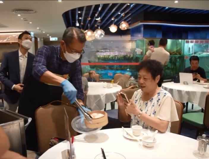 陳茂波請市民吃蝦餃。陳茂波Facebook