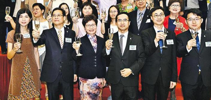 特首林鄭月娥(前排左三)2018年5月出席教協45周年酒會。同教協會長馮偉華(前排右三)及時任教協立法會議員葉建源(前排左二)合照。政府新聞處圖片