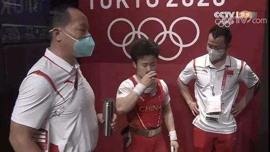 侯志慧用保溫杯喝水。網上圖片