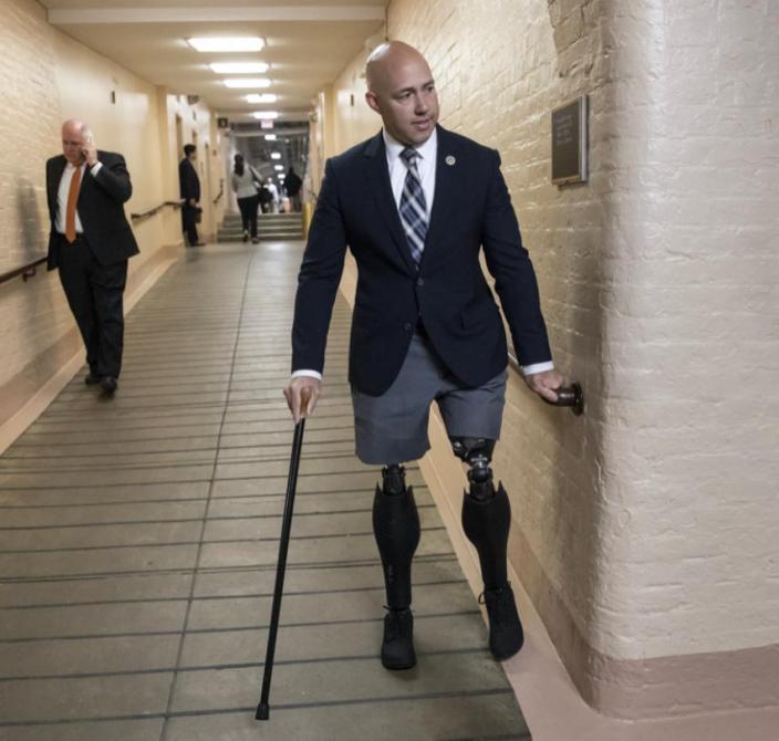 佛羅里達州共和黨眾議員馬斯特在阿富汗服役期間失去了雙腿。