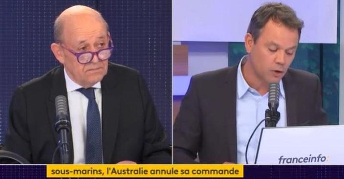 法國外長(左)怒斥美國在背後「插了一刀」。視頻截圖